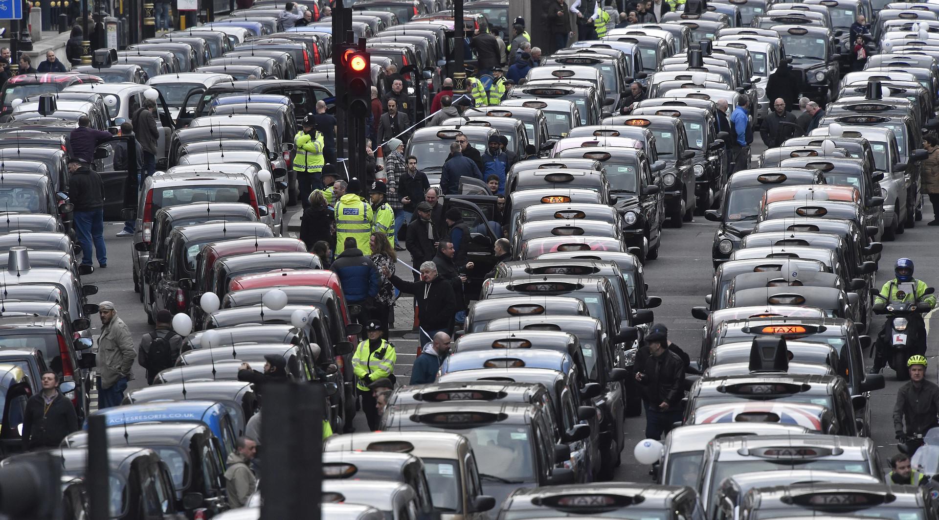 تطبيق أوبر يثير غضب سيارات التاكسي الأبيض في مصر