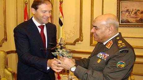 وزير التجارة والصناعة الروسي يقدم لوزير الدفاع المصري نموذجا من مروحية