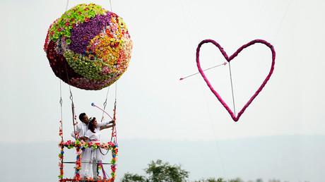 زوجان من مقاطعة براشين بوري، شرق بانكوك، يحتفلان بذكرى زفافهما في عيد الحب، تايلاند، 14 فبراير/شباط 2014
