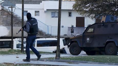 عنصر من الأمن التركي