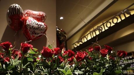 هدايا عيد الحب في متجر السيفوي في ويتون بولاية ماريلاند 13 فبراير 2015