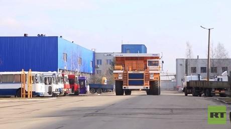 شاحنة صخور لنقل العروسين  في يوم الحب في بيلاروسيا