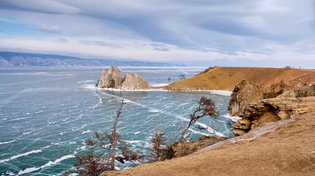 رأس برخان (كثيب رملي) في جزيرة أولخون  الواقعة في مياه البايكال المتجمدة