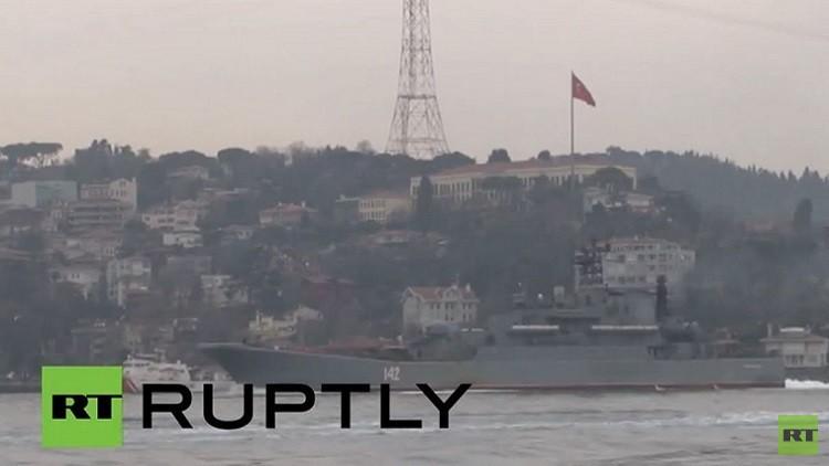 بالفيديو.. حرس السواحل التركي يرافق سفينة عسكرية روسية عبرت مضيق البوسفور