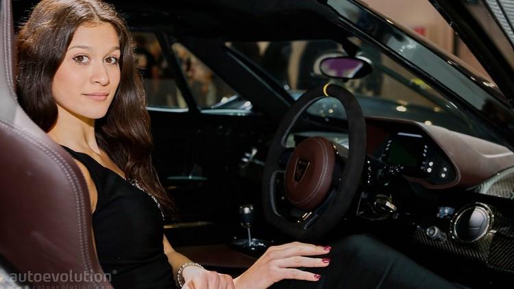 حسناوات معرض جنيف للسيارات