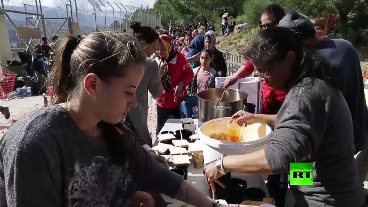 بالفيديو.. متطوعون يوزعون الطعام على اللاجئين في جزيرة ساموس اليونانية