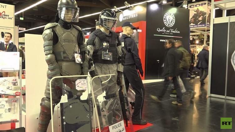 بالفيديو من ألمانيا.. توافد المئات على معرض أسلحة الدفاع عن النفس
