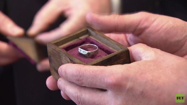 بالفيديو.. خاتم جان دارك يعود إلى فرنسا بعد 600 عام في بريطانيا