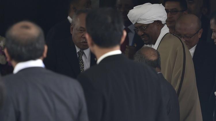 البشير يتحدى مذكرة اعتقال الجنائية الدولية ويصل إلى إندونيسيا