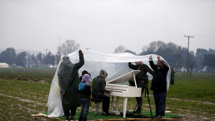 لاجئة سورية تروي عبر الموسيقى آلام اللاجئين (فيديو)