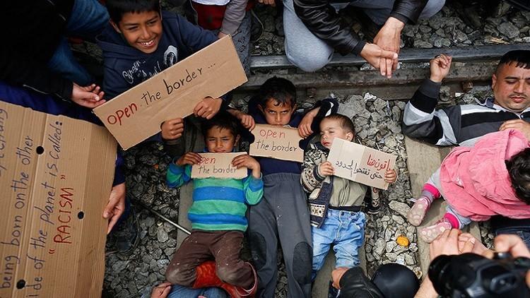 احتجاجا على إغلاق الحدود المقدونية.. لاجئون يضعون أطفالهم على سكة القطار (فيديو)