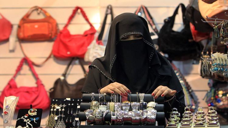 السعودية تمنع توظيف النساء والرجال في محل واحد