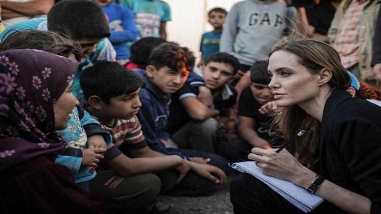 أنجلينا جولي من مخيم للاجئين في لبنان تناشد لإنهاء الأزمة السورية (فيديو)