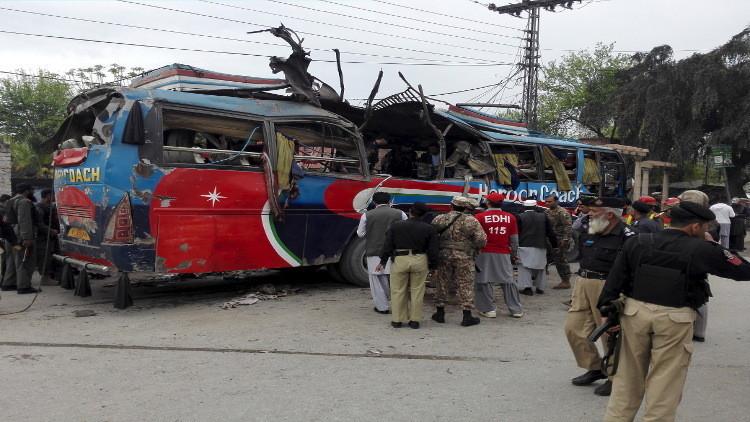 مقتل 15 شخصا على الأقل بتفجير حافلة في باكستان