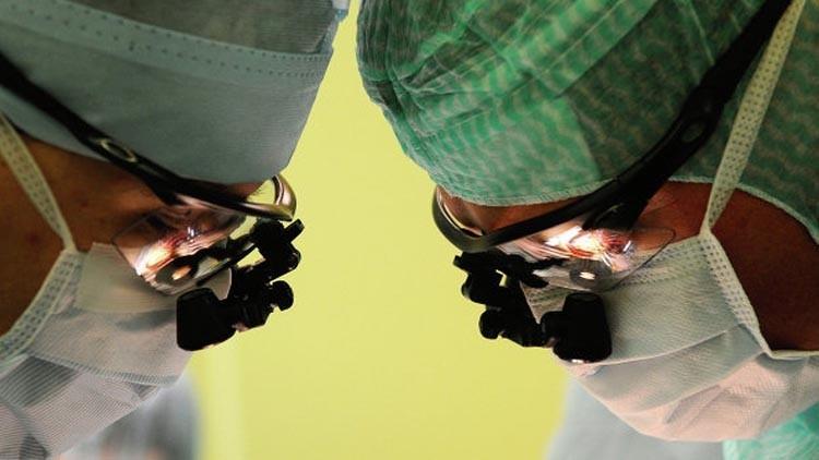أطباء صينيون يجرون عملية على قلب مولود بنجاح