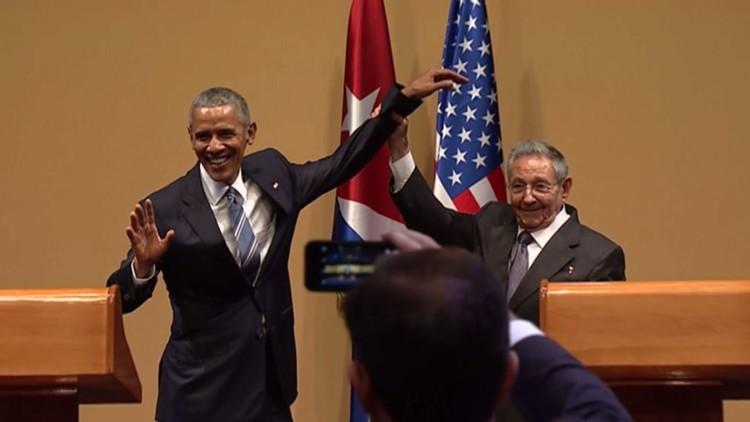 (فيديو) كاسترو يمنع أوباما من أن يربت على كتفه