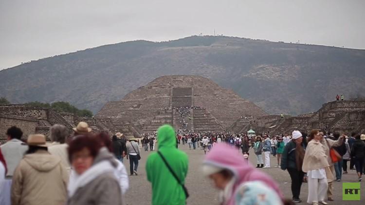 الزوار يتوافدون إلى هرم الشمس المكسيكي ترحيبا بالاعتدال الربيعي (فيديو)