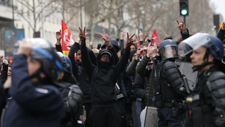 بالفيديو من باريس.. مراسل RT يتعرض للغاز المسيل للدموع أثناء اشتباكات بين الشرطة والمحتجين