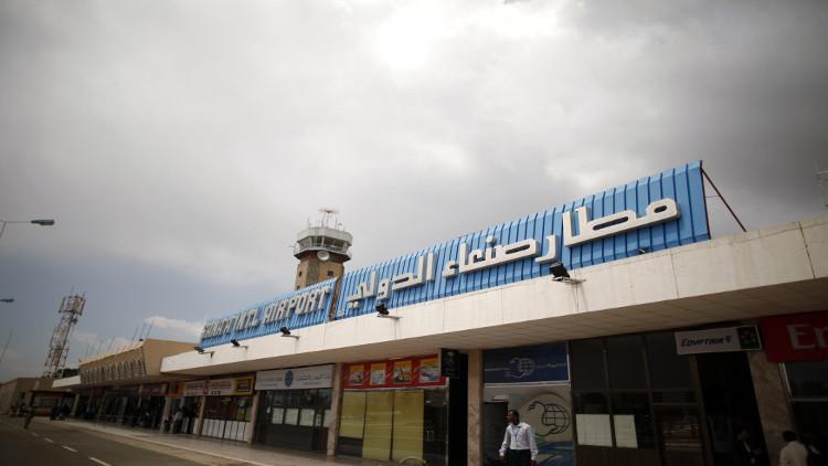 طائرة تقل مقاتلين موالين لهادي تهبط اضطراريا في مطار يسيطر عليه الحوثيون
