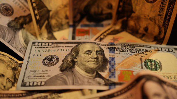 الدولار يرتفع أمام الين ويهوي مقابل الروبل