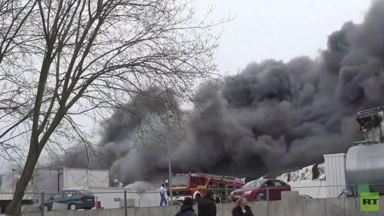 حريق كبير يندلع في مستودع متعدد الأجنحة (فيديو)