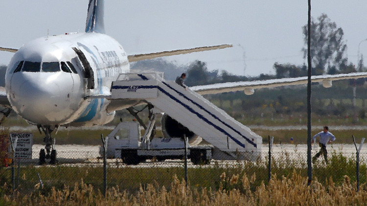 مصر تطلب من قبرص تسليم المتهم بخطف طائرة الركاب