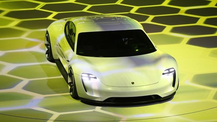 شاهد كيف يتم تصميم أول سيارة رياضية كهربائية لبورش