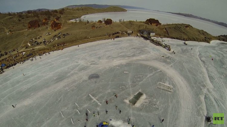 ثلاثة يقفزون من طائرة خفيفة إلى فتحة في الجليد (فيديو)