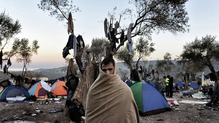 مزارع يوناني يحاول حرث مخيم للاجئين