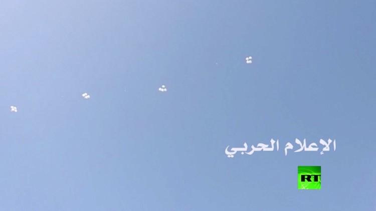 طائرات روسية تلقي مساعدات إنسانية فوق دير الزور شرق سوريا (فيديو)