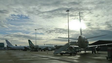 صورة لطائرات متوقفة على المدرج في مطار فيوميتشينو الدولي في روما