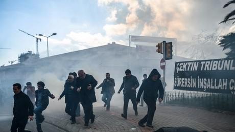 استخدام الشرطة للغاز المسيل للدموع قرب مبنى