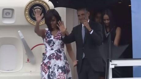الرئيس الأمريكي باراك أوباما وزوجته يصلان كوبا
