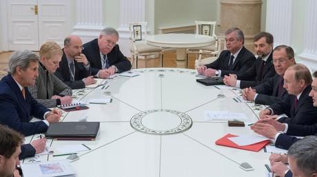 الرئيس الروسي فلاديمير بوتين خلال لقائه مع وزير الخارجية الأمريكي جون كيري