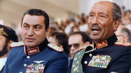 الرئيس المصري الأسبق أنور السادات ونائبه حسني مبارك في منصة الاغتيال - 1981