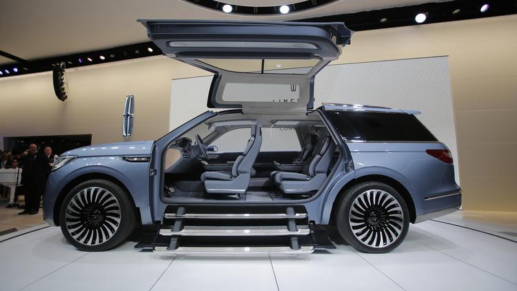 """السيارة بمفهوم """"لينكولن نافيجيتور"""" خلال عرضها على وسائل الإعلام في معرض نيويورك الدولي للسيارات موديل 2016"""