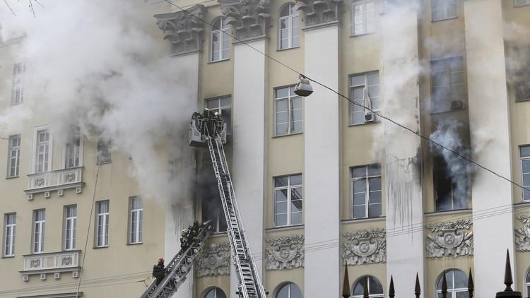 وزارة الدفاع الروسية تعلن إخماد الحريق في أحد مقراتها في موسكو بالكامل (فيديو)