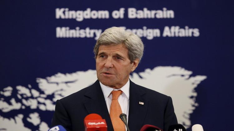 كيري يدعو المنامة لاحترام حقوق الإنسان وينتقد إرسال إيران أسلحة عبر الخليج