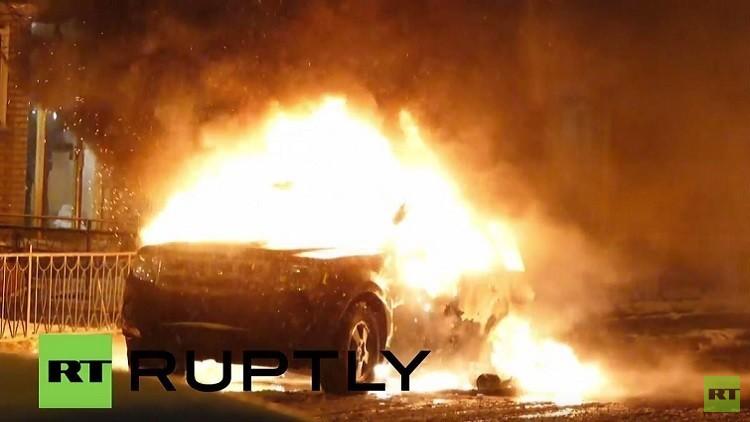 إحراق سيارات أثناء احتجاجات على قسوة الشرطة في كندا (فيديو)
