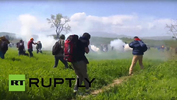 إصابة 15 شرطيا مقدونيا في مواجهات مع مهاجرين في اندومني (فيديو)