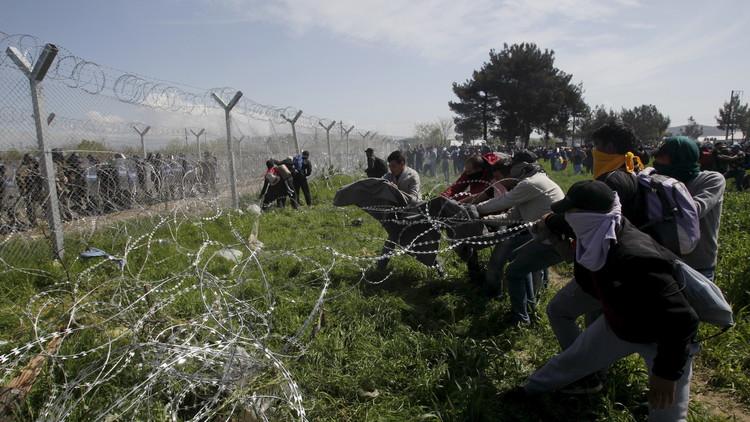 إما العبور أو الموت.. إصابة 300 لاجئ حاولوا اجتياز الحدود اليونانية المقدونية (صور وفيديو)