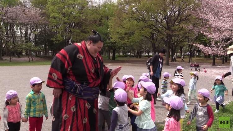 أناتولي ميخاخانوف أول مصارع روسي يتدرب على مصارعة السومو في اليابان (فيديو)