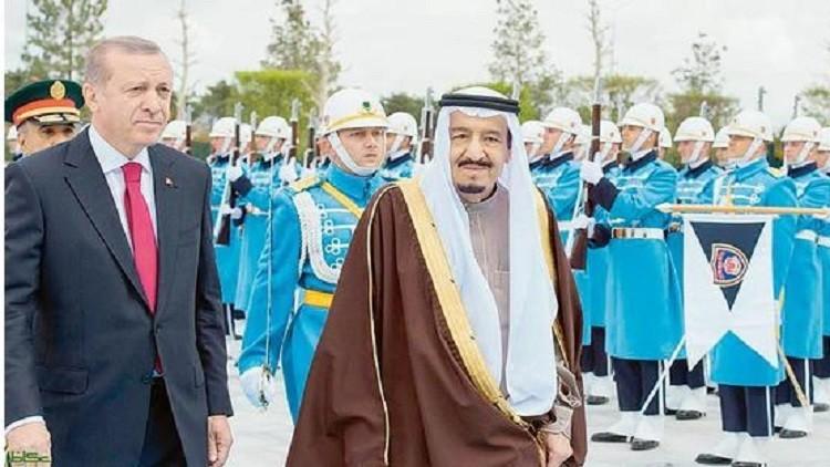 أردوغان يغازل الملك سلمان بموسيقى عسكرية روسية (فيديو)