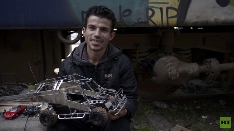 كردي سوري يجمّع سيارات لأطفال اللاجئين (فيديو)