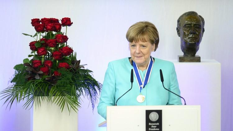 ميركل تحصل على جائزة الحريات الأربع