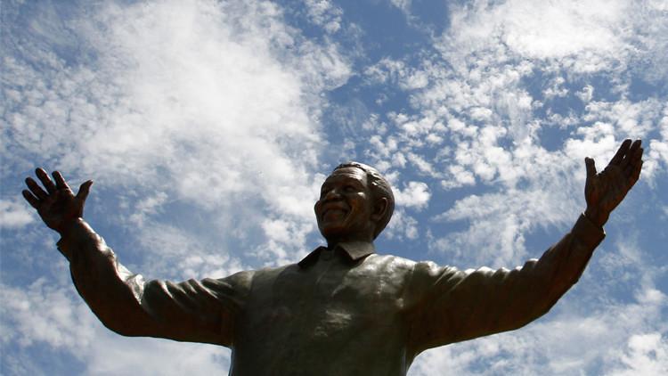 تمثال ضخم للمناضل نلسون مانديلا في رام الله