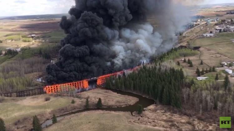 حريق كبير يقضي على جسر في كندا (فيديو)