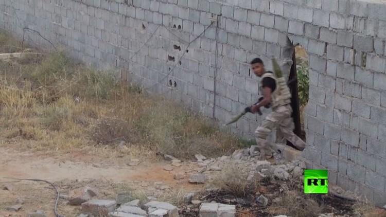 اشتباكات بين الجيش الليبي والجماعات المسلحة في بنغازي (فيديو)