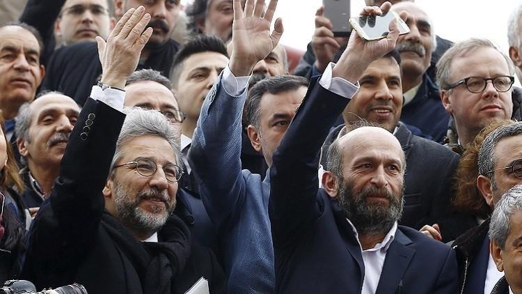 سجن صحفيين تركيين أعادا نشر غلاف شارلي إيبدو