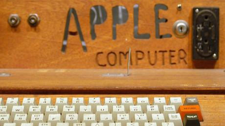 كمبيوتر أبل الأصلي 1976، المعروف أيضا باسم أبل 1، وقد صممه وصنعه المؤسس المشارك لأبل ستيف فوزنياك. واقترح فكرة بيع الكمبيوتر صديق لفوزنياك، هو ستيف جوبز، ومن هنا ولدت أبل.